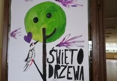 """Obrazek galerii """"10 X 2020 R. ŚWIĘTO DRZEWA"""" - WYSTAWA PRAC UCZNIÓW KLAS I-III"""
