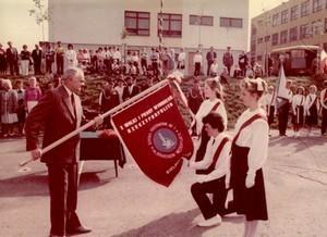 Przedstawiciele Rady Uczniowskiej uroczyście ślubują bronić honoru sztandaru i szkoły.